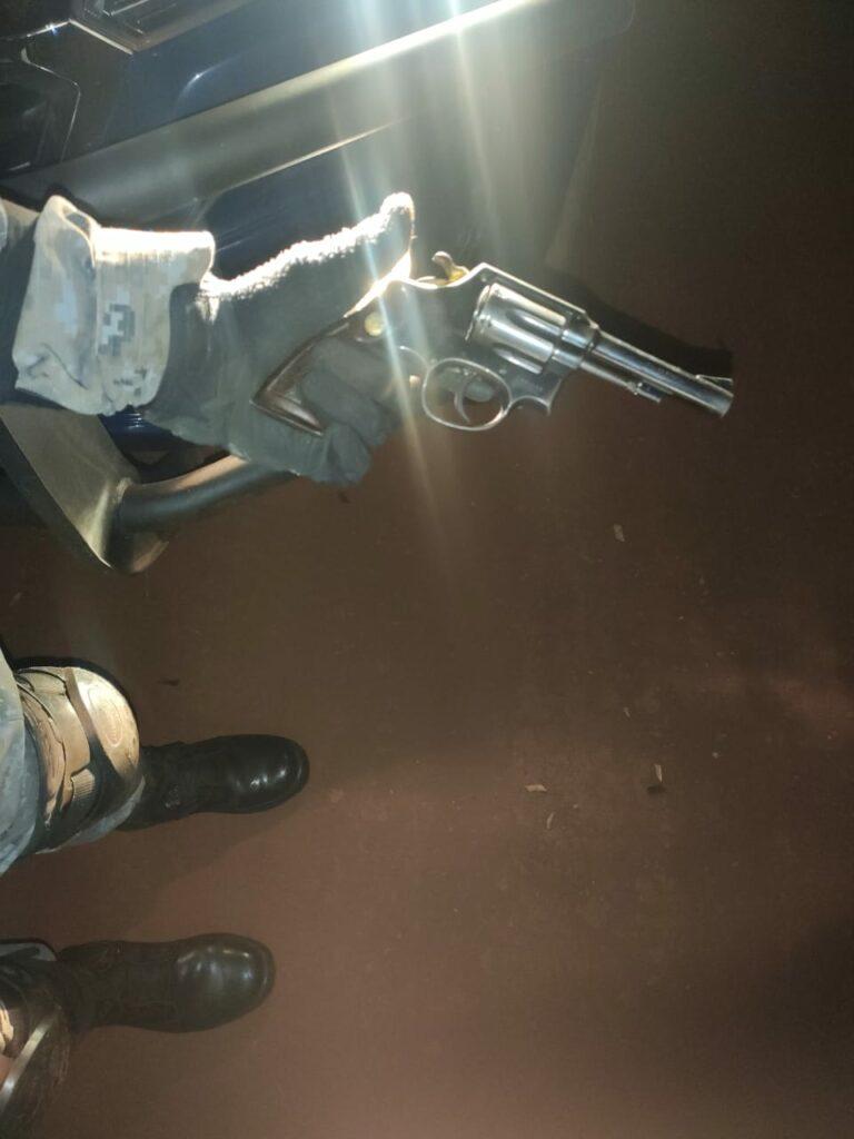 Força Tática e Getam apreendem maconha e arma dentro de veículo em frente a choperia