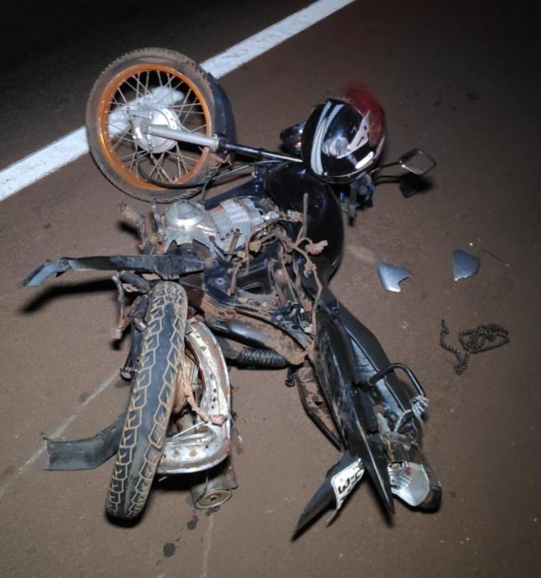 Homem em motocicleta fica ferido ao ser atropelado por carros que faziam racha