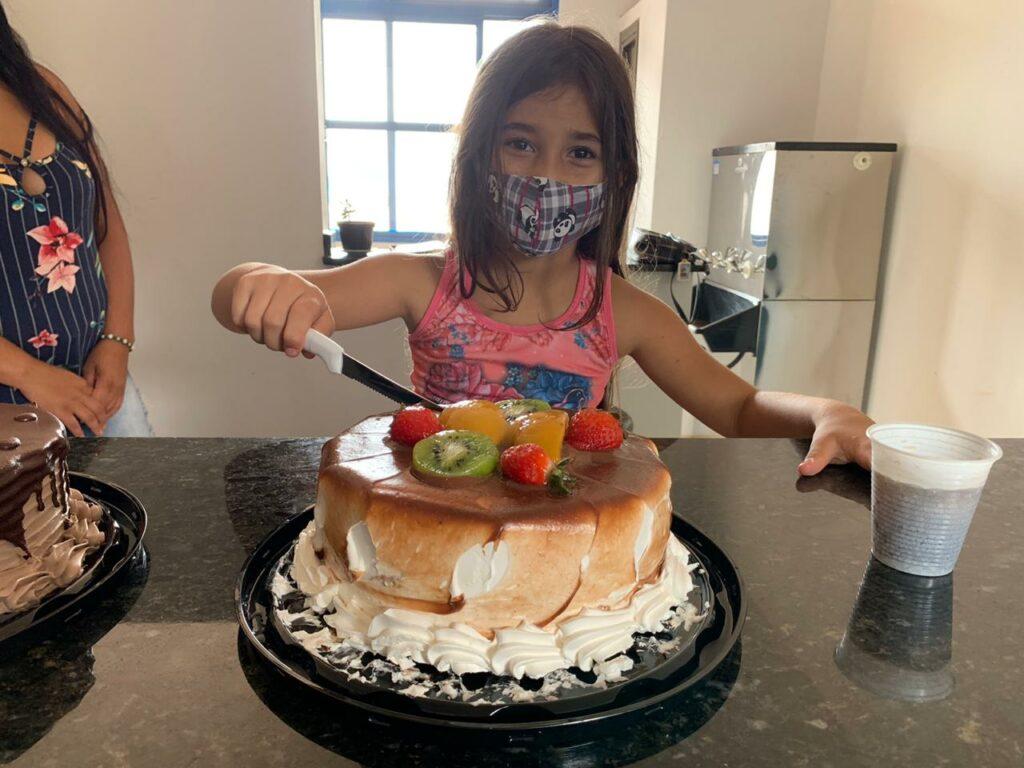 Menina Eloá, apaixonada pela PM, recebe festa surpresa no quartel de Dourados