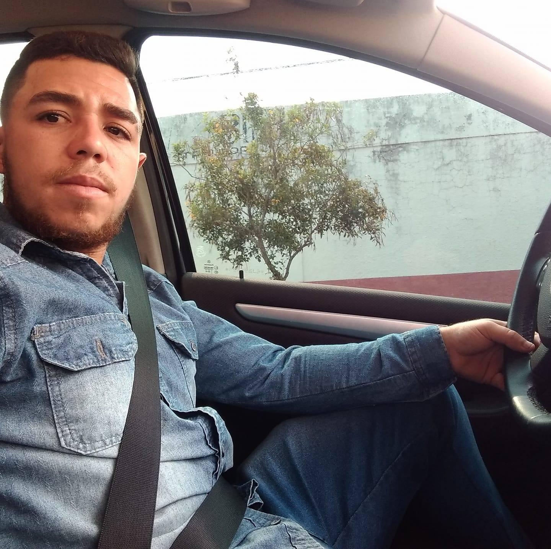 Jovem dorme ao volante, bate em árvore e morre no hospital