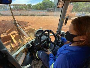 Primeira operadora de máquinas da Águas Guariroba é exemplo da representação feminina no mercado de trabalho