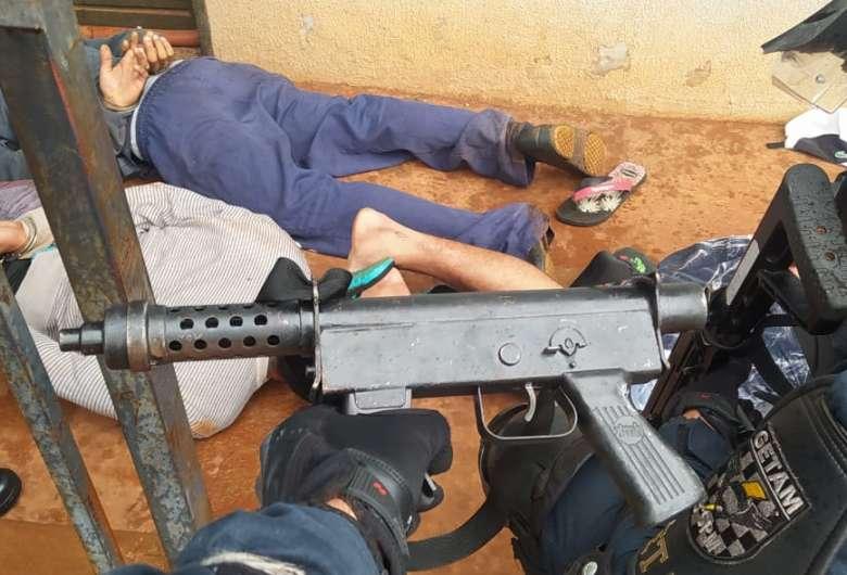 Jovens são presos com submetralhadora, droga e munições em condomínio de MS