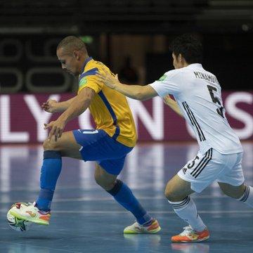 Brasil leva susto, mas bate Japão e vai às quartas do Mundial Futsal