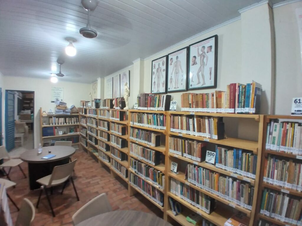 Capital ganha biblioteca 'esotérica e de medicina alternativa' com área cultural e Literatura nacional