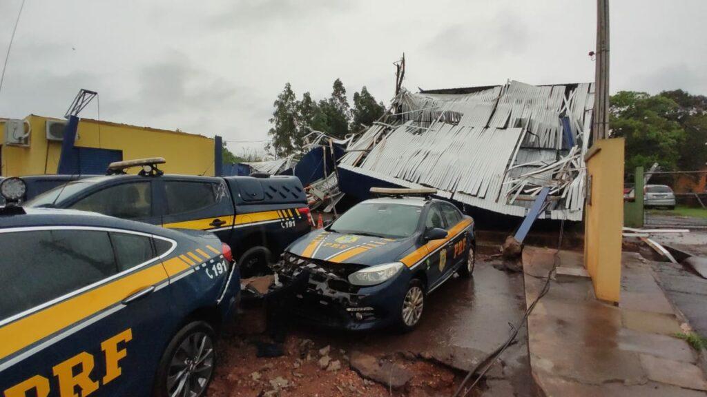 Temporal com ventos fortes derruba estrutura de posto da PRF no sul do Estado