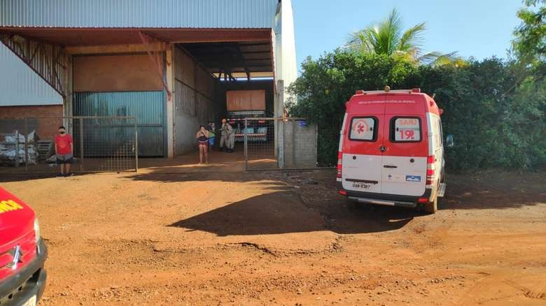 Equipe do Samu no local onde criança caiu em silo de grãos. Osvaldo Duarte /Dourados News