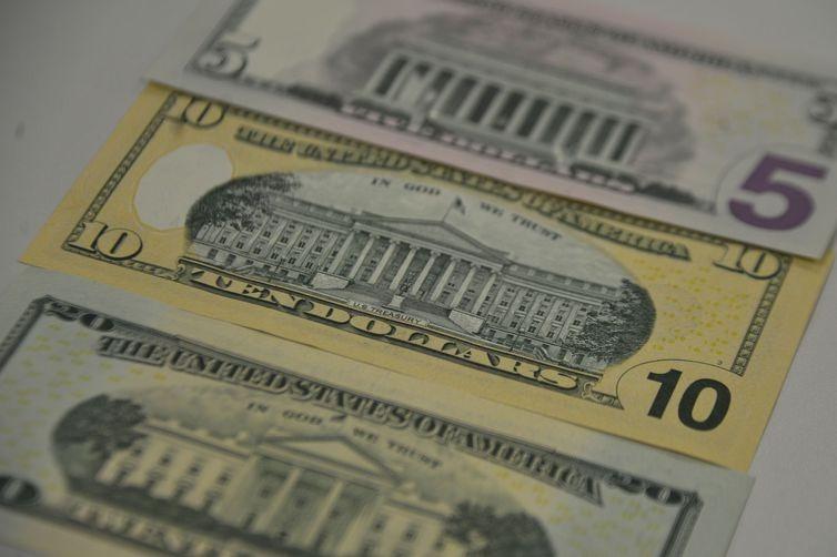 Dólar salta 2% e vale R$ 5,70, maior patamar nominal da história