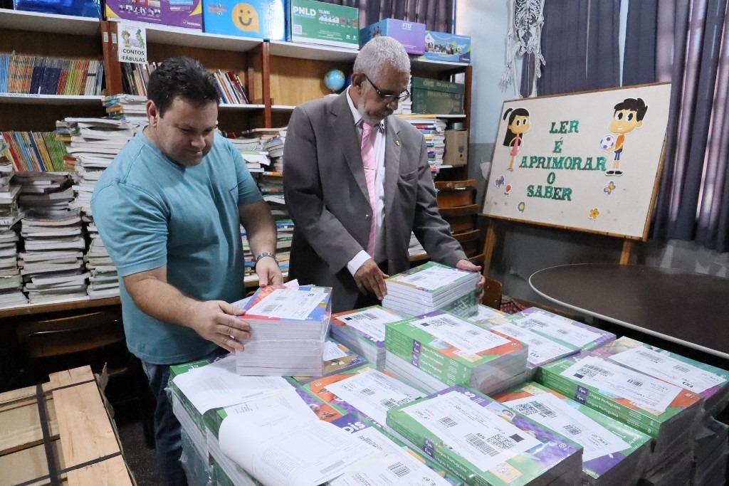 O secretário de Educação Upiran Gonçalves acompanhou a entrega dos livros que está sendo feita pelos funcionários do Correios – A. Frota