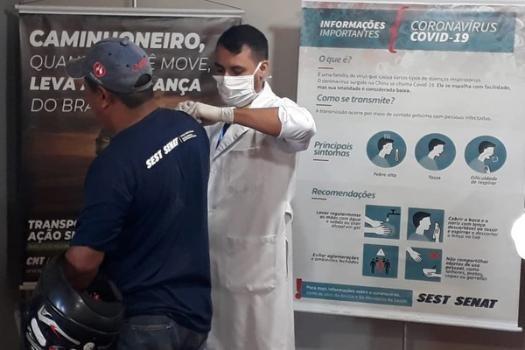 Profissional da USU/UFGD durante etapa anterior da Campanha Nacional de Vacinação contra a Gripe