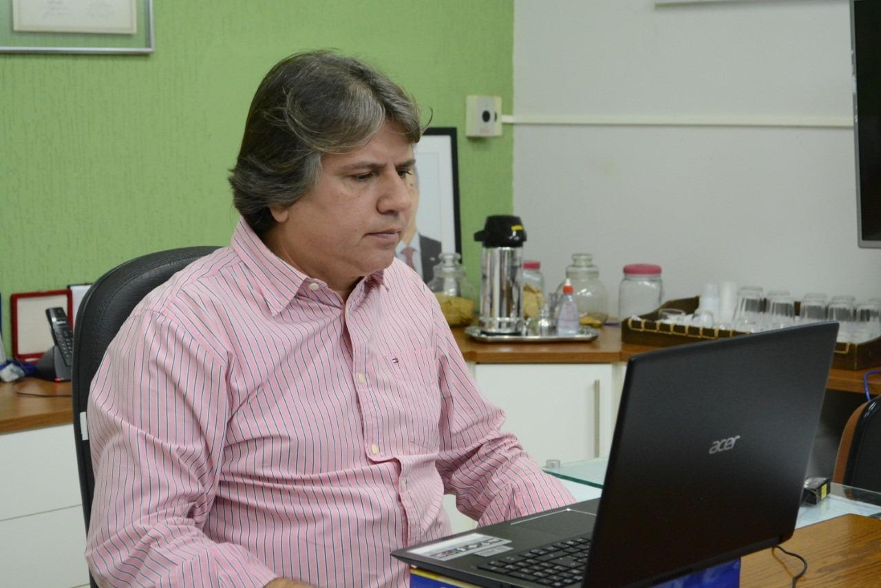 Caravina fala com Gladimir Aroldi, presidente da CNM. Assecom/Bataguassu