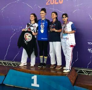 Maria Alice (de azul-marinho, segurando a medalha) Fotos: Divulgação/FTkdMS