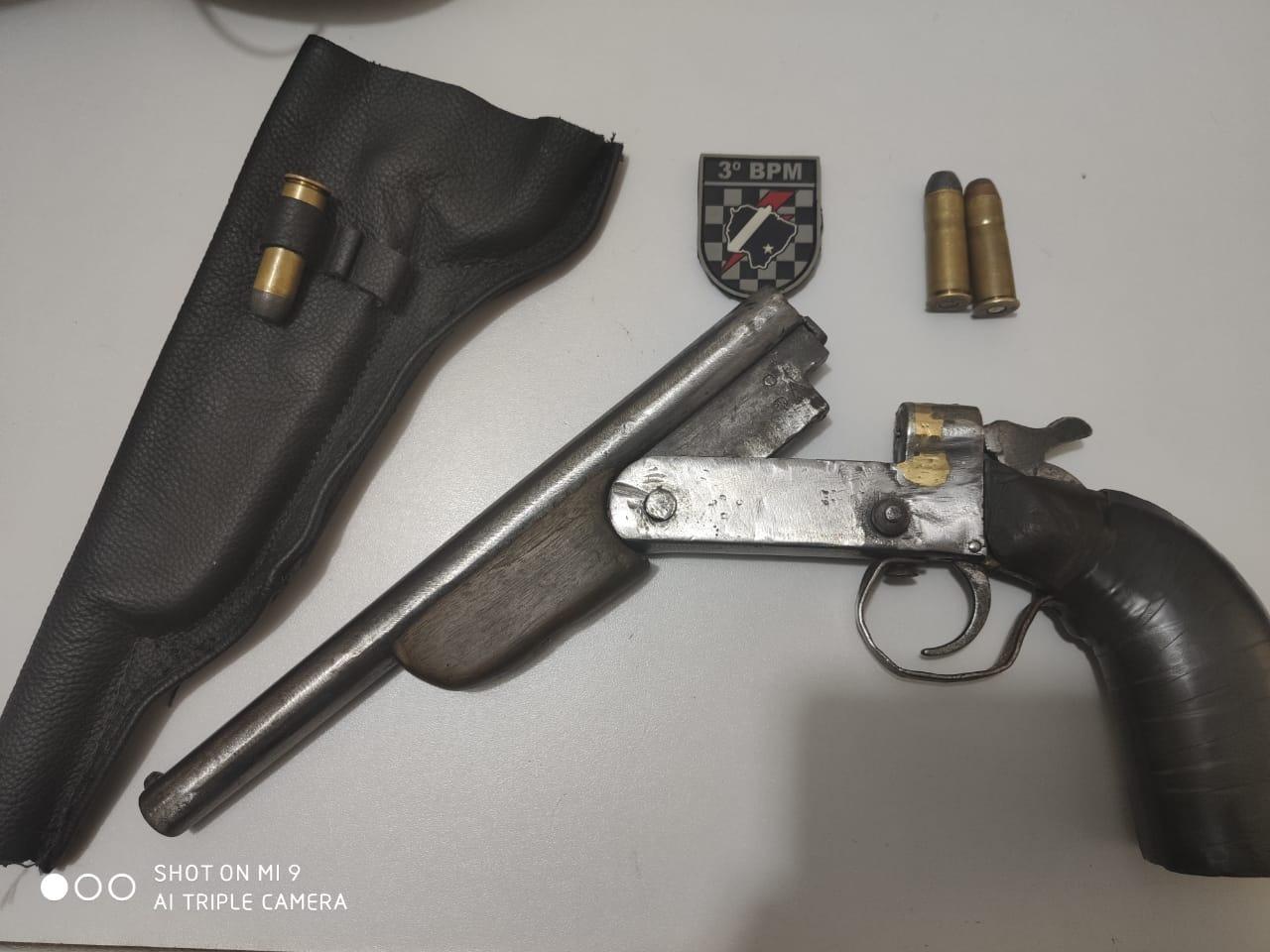 Trio é preso com arma adaptada para o calibre 44