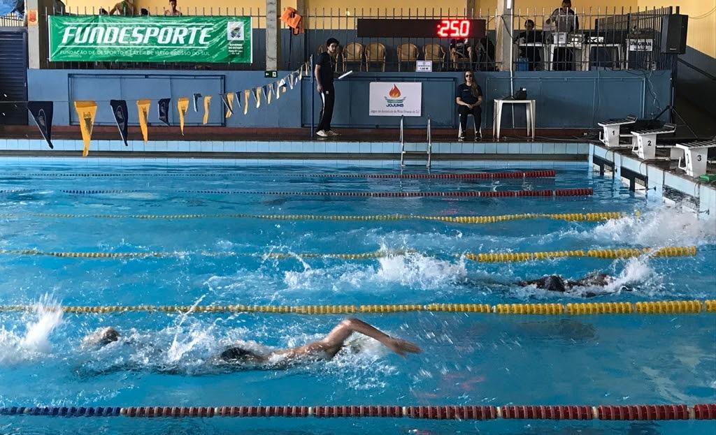 Ex-técnico da seleção brasileira, Alex Pussieldi ministra clínica de natação na Capital