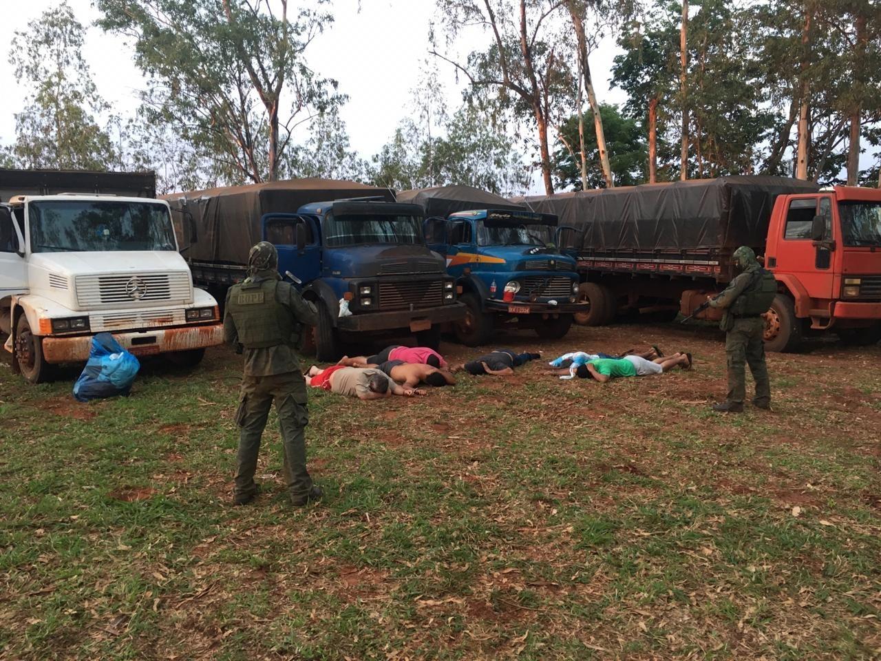 PF e Bope apreendem caminhões com carga de cigarro em assentamento