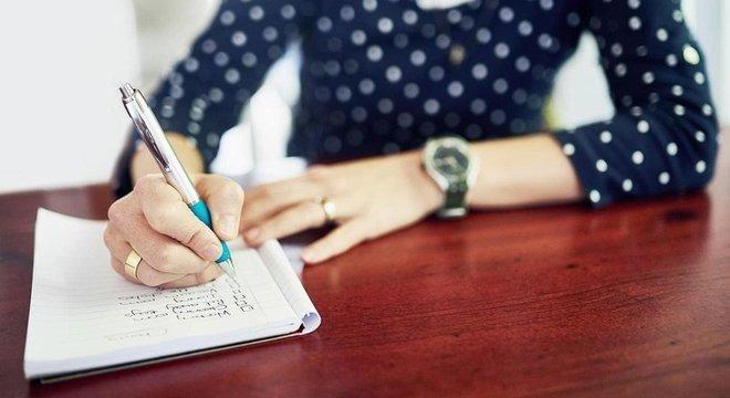 Ato de escrever aumenta a probabilidade de se lembrar dos itens. Getty Images/BBC Brasil
