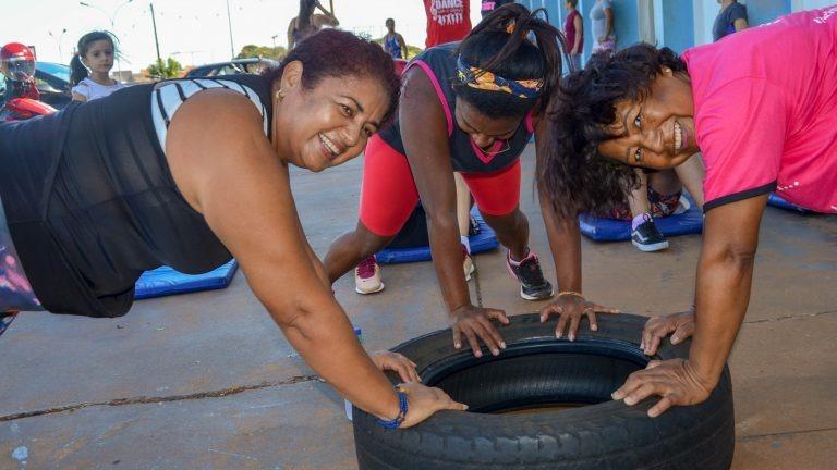 Crianças, adolescentes, adultos e idosos são acompanhados por profissionais de educação física. Divulgação / PMCG