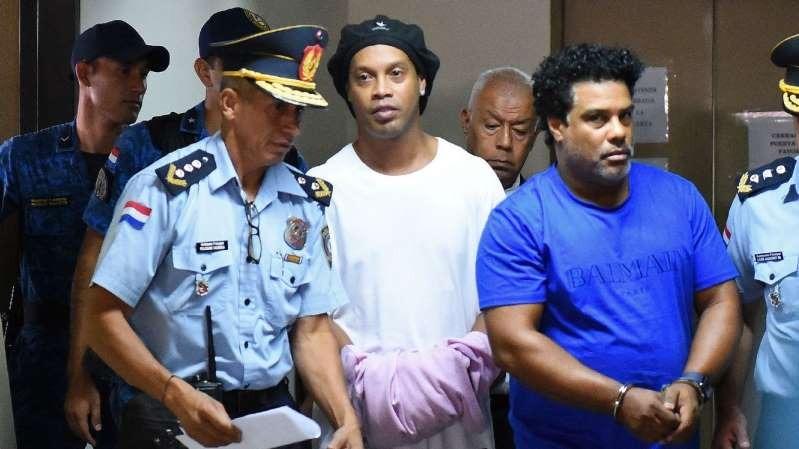 Ronaldinho Gaúcho e Assis passam a noite detidos no Paraguai. Getty Images