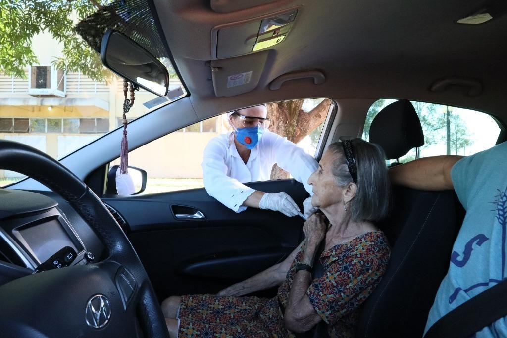 Nova vacinação no sistema drive thru será realizada nesta quarta-feira, 15 de abril, no Douradão e na Unidade I da UFGD