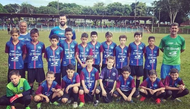Jovens da Escola Pública de Campeões estreiam com vitória em copa de futebol