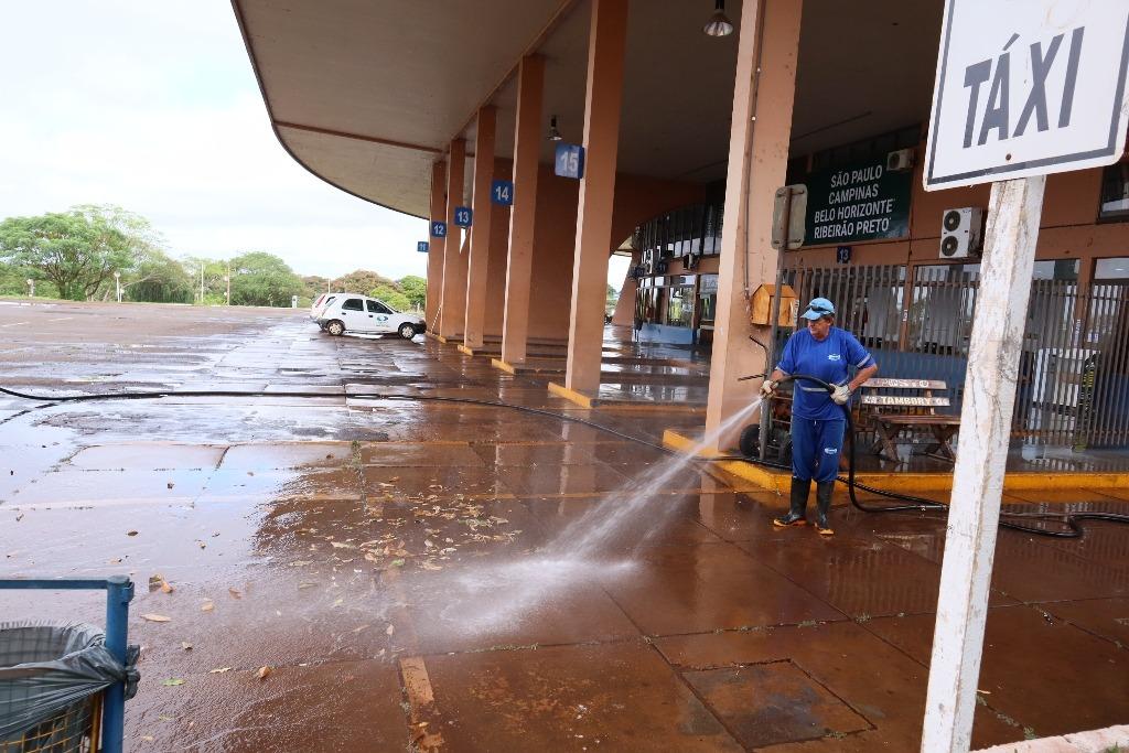 Equipe da Semsur fez a desinfecção no terminal rodoviário de Dourados na manhã desta segunda-feira /  A. Frota / Prefeitura Dourados