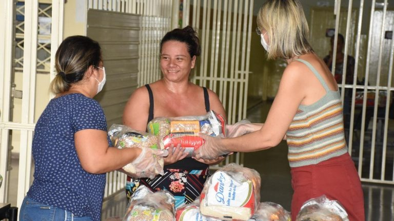 Semed entrega mais de 2,4 mil kits para escolas na Capital