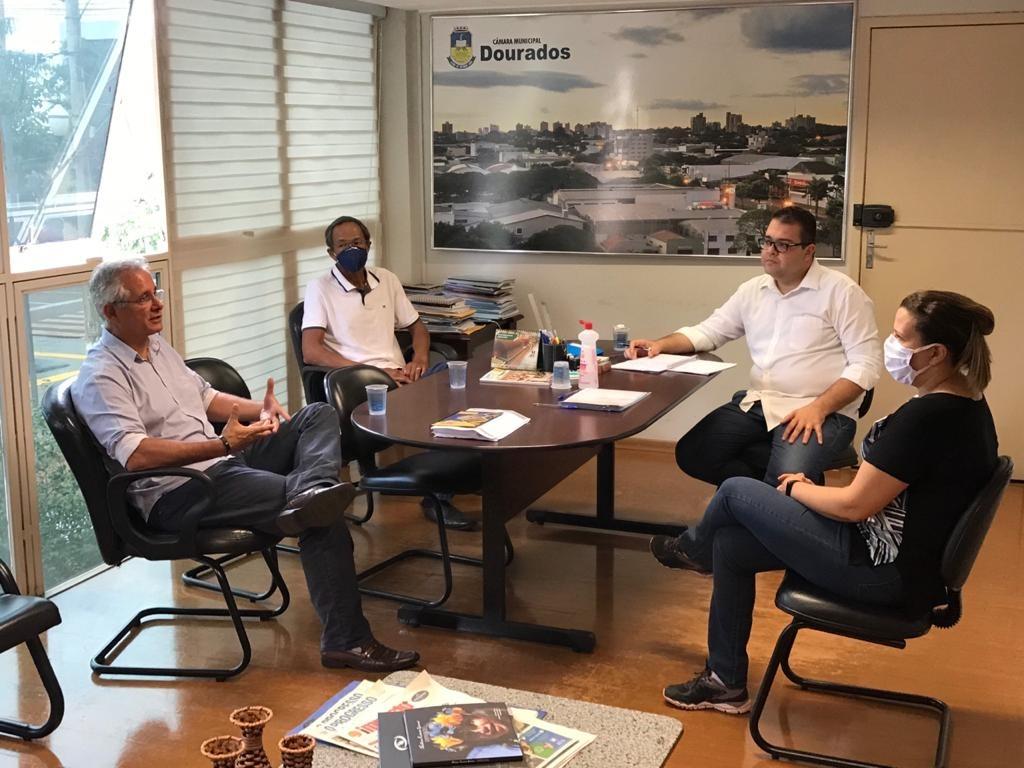 Os vereadores Alan Guedes, Elias Ishy, Sergio Nogueira e Daniela Hall se reúnem no gabinete de Presidência
